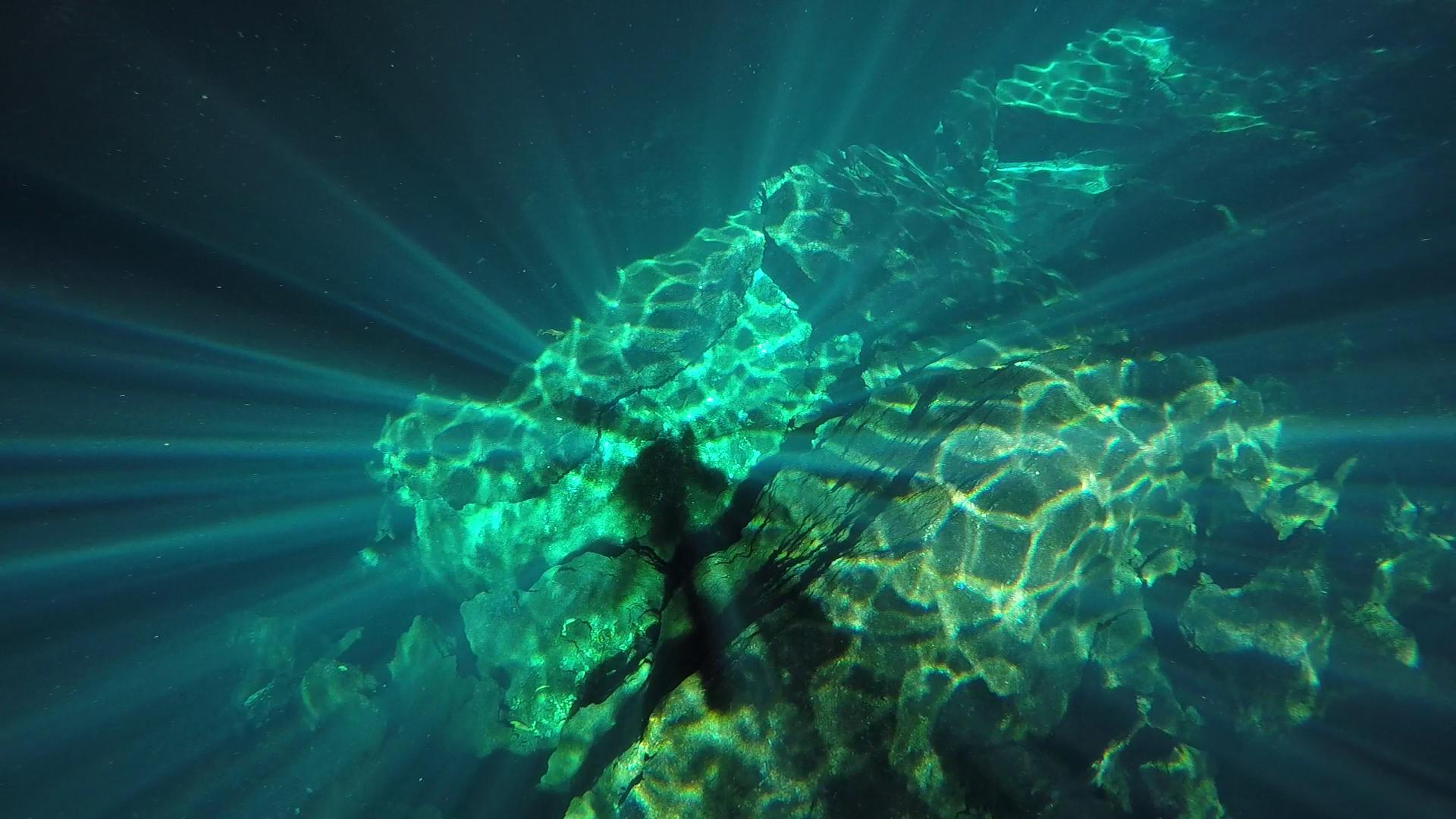 reflejos de luz en el agua